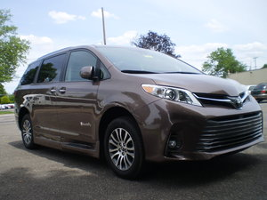 Used Wheelchair Van For Sale: 2018 Toyota Sienna XLE Wheelchair Accessible Van For Sale with a BraunAbility Rampvan LI on it. VIN: 18722