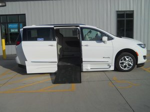 Used Wheelchair Van For Sale: 2018 Chrysler Pacifica Touring Wheelchair Accessible Van For Sale with a BraunAbility Chrysler Pacifica Infloor on it. VIN: 2C4RC1BG7JR126636