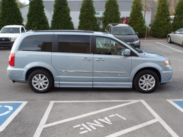 2013 chrysler town and country wheelchair van for sale braunability chrysler entervan ii. Black Bedroom Furniture Sets. Home Design Ideas
